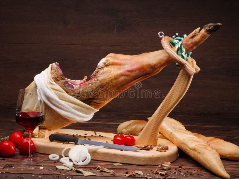 Ejemplo de la porción con el jamon, los tomates, la copa de vino, el pan tradicional y los anillos de cebolla imágenes de archivo libres de regalías