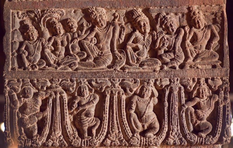 Ejemplo de las tallas indias del arte con vida de la gente antigua y de dioses en los templos del siglo VII en Pattadakal, la Ind imagenes de archivo
