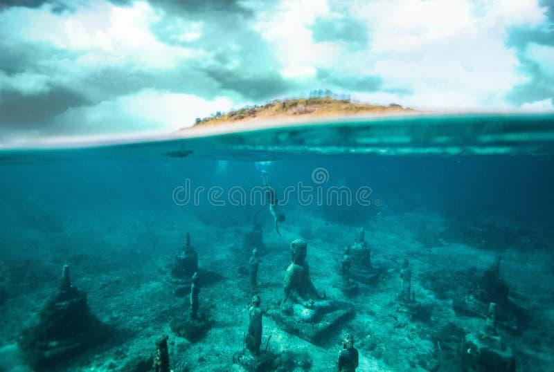 Ejemplo de representación artístico del extracto de una ciudad antigua bajo el agua en una costa de una isla imagen de archivo