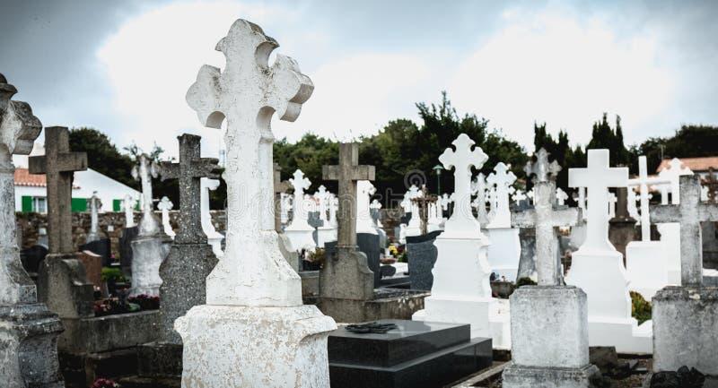 Ejemplo de un cementerio viejo con los sepulcros de mármol y concretos imagen de archivo