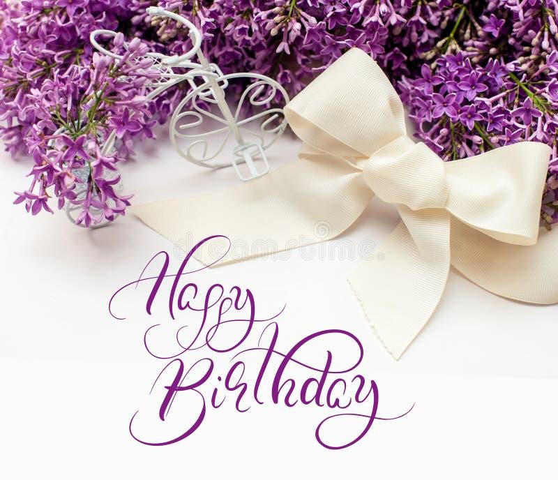 Ejemplo del ramo de lirios de la lila con feliz cumpleaños del texto Letras de la caligrafía fotos de archivo libres de regalías