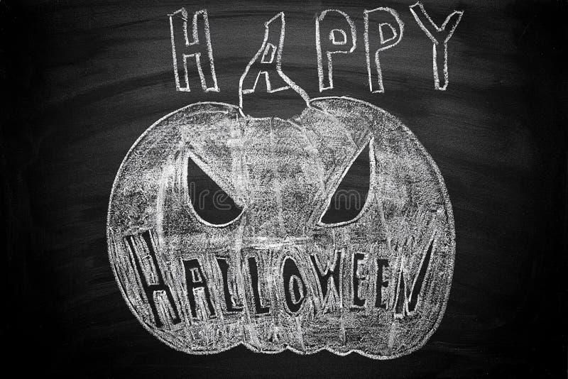Ejemplo dibujado mano de la tiza de la linterna de Jack O en la pizarra Texto de las letras del feliz Halloween Tarjeta de felici fotografía de archivo