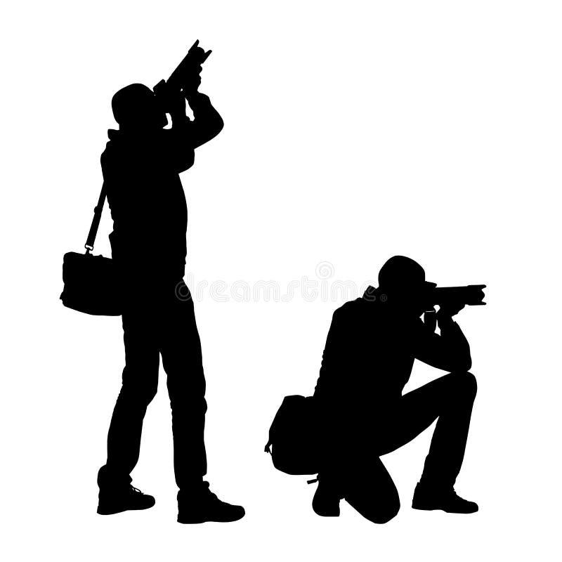 Ejemplo realista de siluetas de un fotógrafo derecho y de arrodillamiento del hombre con la cámara y el bolso Vector en el fondo  ilustración del vector