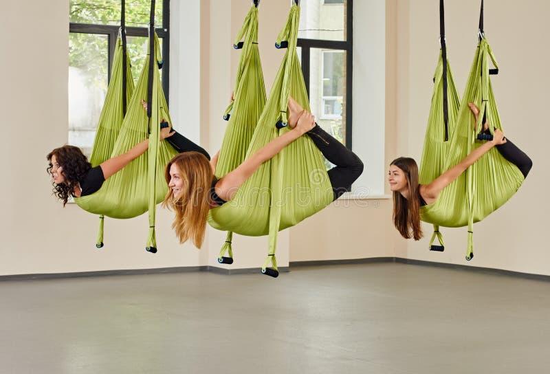 Ejercicio antigravedad de las mujeres de la yoga imagen de archivo libre de regalías