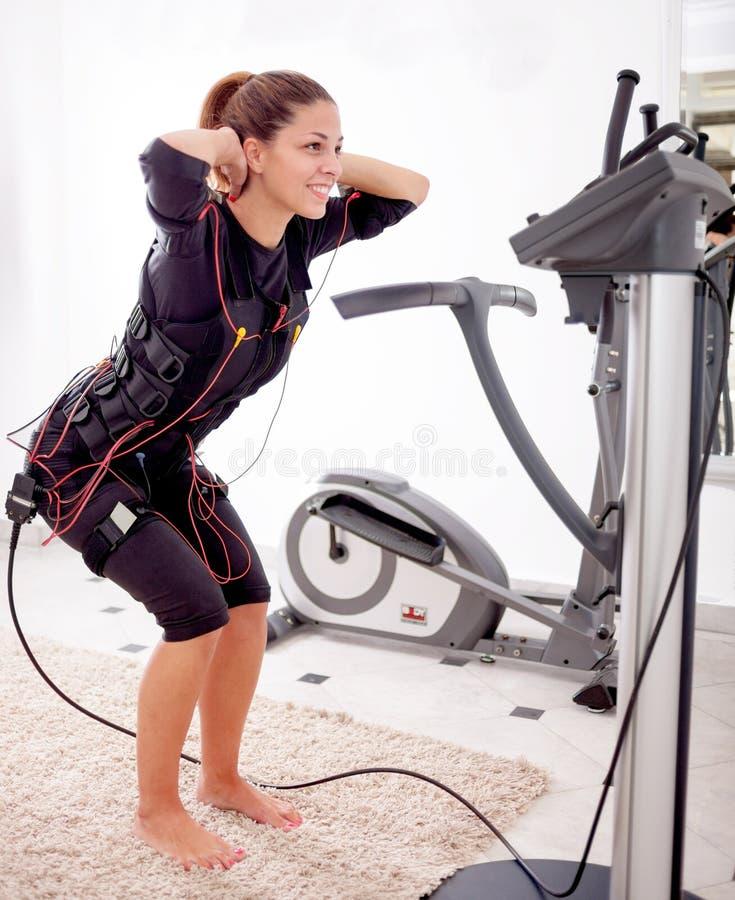 Ejercicio apto de la mujer en electro mujer muscular fotografía de archivo libre de regalías