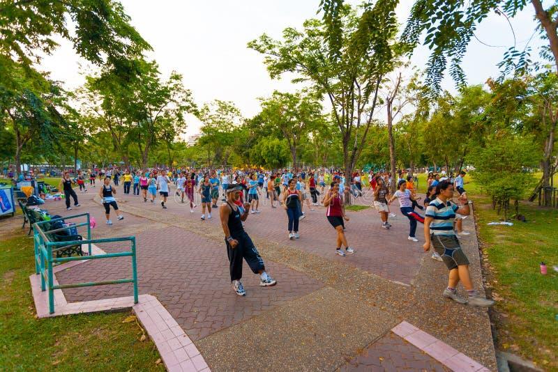 Ejercicio Bangkok de los aeróbicos del grupo del parque de Lumpini foto de archivo