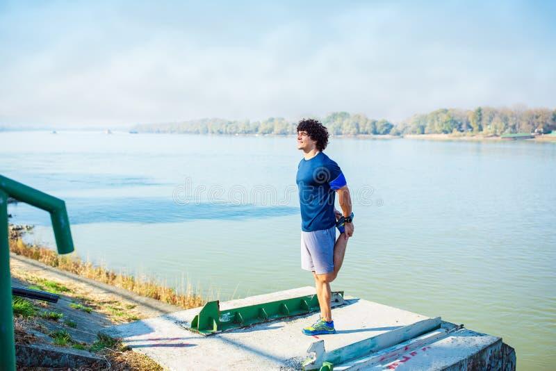 Ejercicio cardiio - ejercicio que hace al aire libre del hombre fotos de archivo