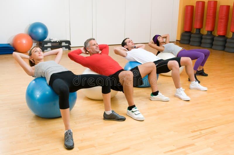 Ejercicio con la bola de la aptitud en la gimnasia fotografía de archivo libre de regalías
