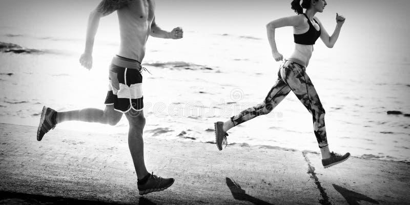 Ejercicio corriente que entrena a concepto sano de la playa de la forma de vida fotografía de archivo