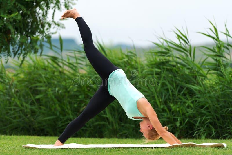 Ejercicio de actitud boca abajo de la yoga fotografía de archivo