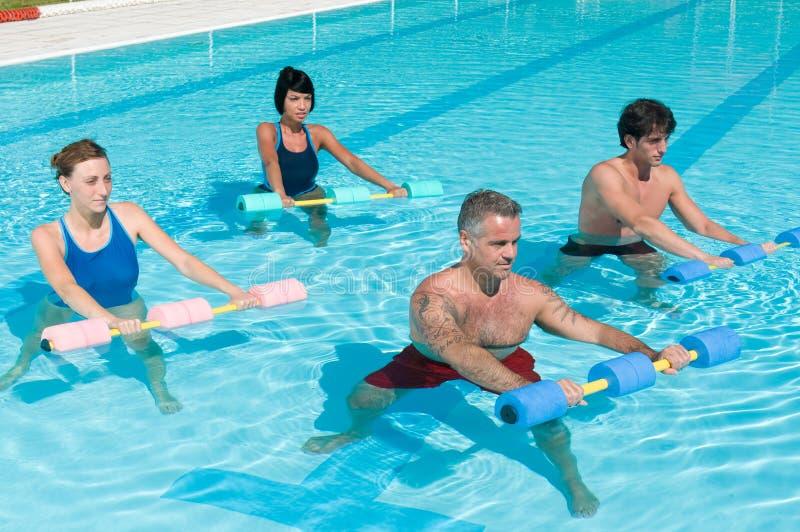 Ejercicio de la aptitud de la gimnasia del Aqua con pesa de gimnasia del agua foto de archivo libre de regalías