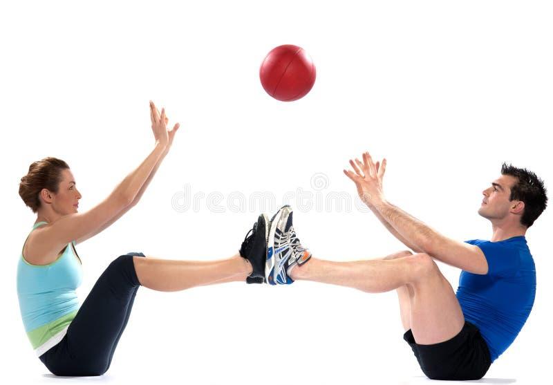 Ejercicio de la bola de la aptitud del hombre de la mujer de los pares foto de archivo libre de regalías