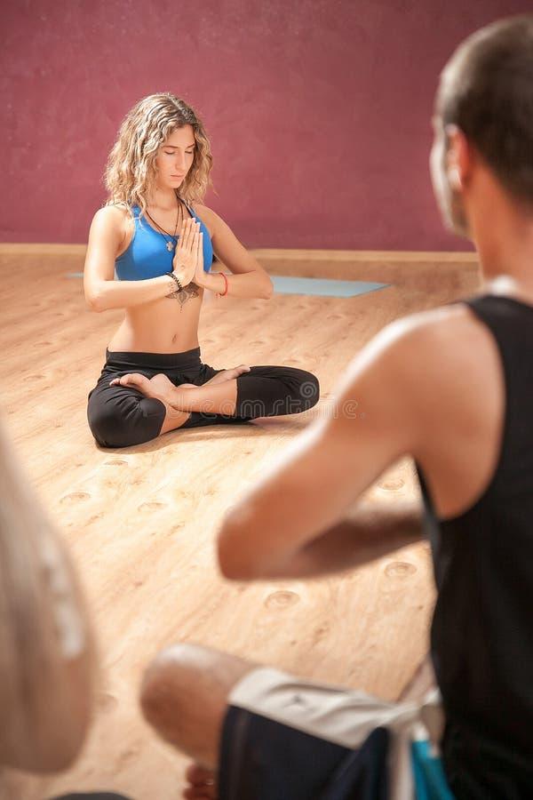Ejercicio de la demostración del instructor de la yoga de la muchacha imagenes de archivo