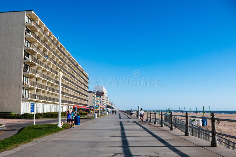 Ejercicio de la gente por la mañana en Virginia Beach Boardwalk fotos de archivo libres de regalías