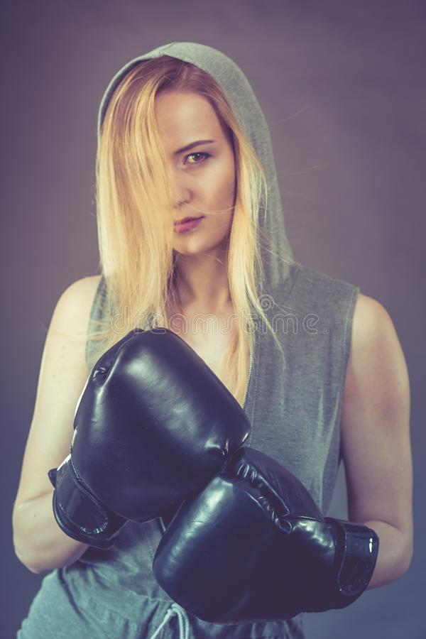 Ejercicio de la muchacha del boxeador con los guantes de boxeo foto de archivo libre de regalías