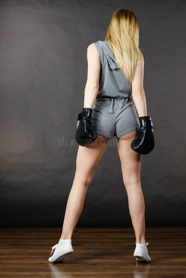 Ejercicio de la muchacha del boxeador con los guantes de boxeo fotos de archivo