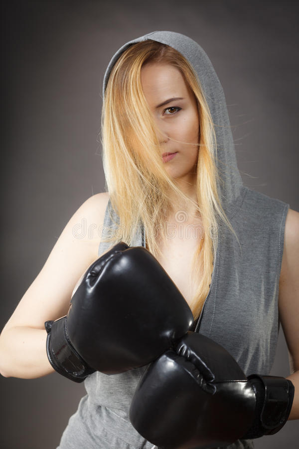Ejercicio de la muchacha del boxeador con los guantes de boxeo fotografía de archivo libre de regalías