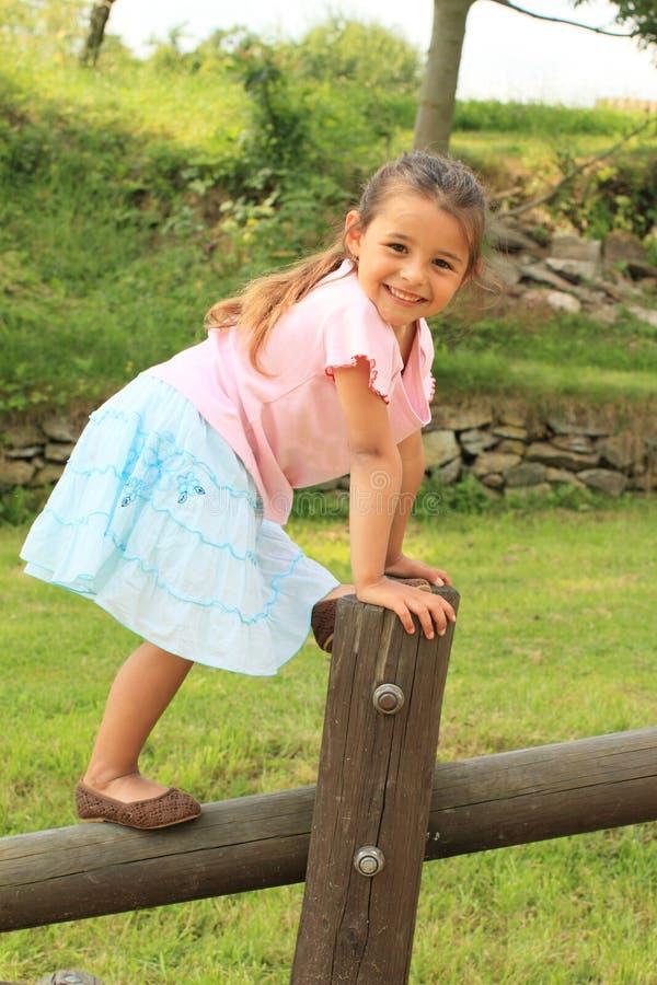 Ejercicio de la muchacha sonriente foto de archivo libre de regalías