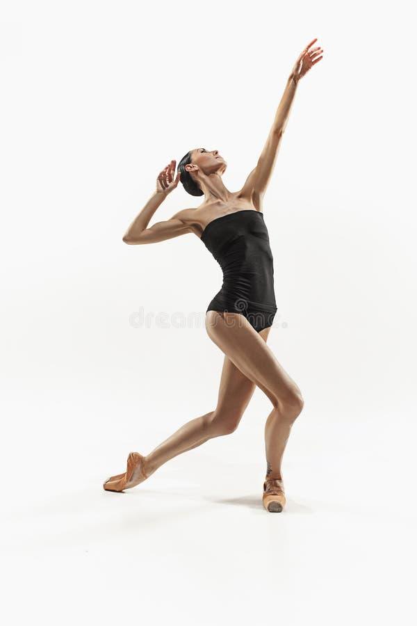 Ejercicio de la mujer de la aptitud de los aeróbicos aislado en cuerpo completo imagen de archivo