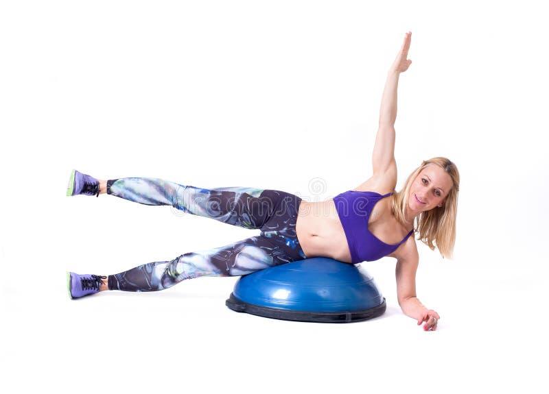 Ejercicio de la mujer del deporte con una bola de los pilates foto de archivo libre de regalías