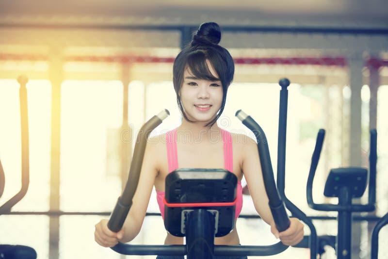 Ejercicio de la mujer joven en el gimnasio foto de archivo
