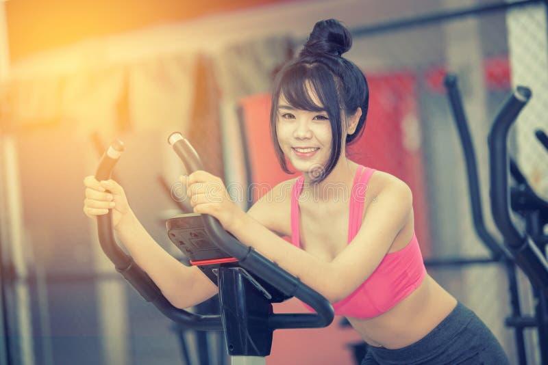 Ejercicio de la mujer joven en el gimnasio imagen de archivo libre de regalías