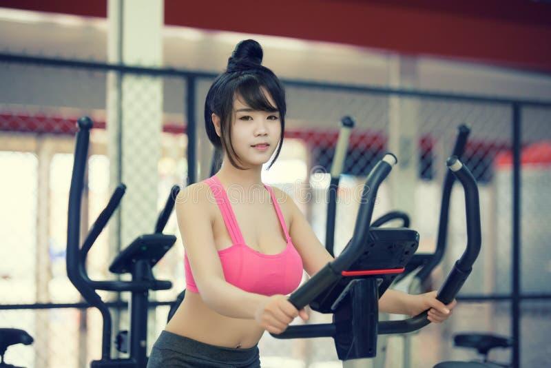 Ejercicio de la mujer joven en el gimnasio fotos de archivo libres de regalías