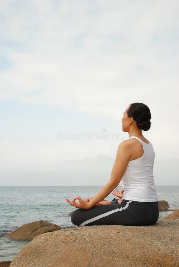 Ejercicio De La Yoga Fotos De Archivo Gratis