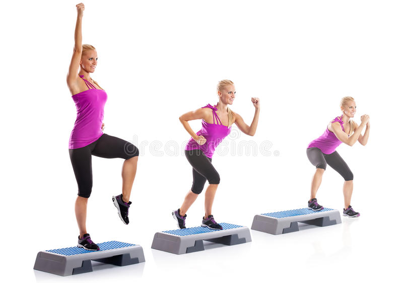 Ejercicio de los aeróbicos del paso de la mujer imagen de archivo
