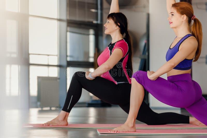 Ejercicio de práctica de la yoga fotos de archivo