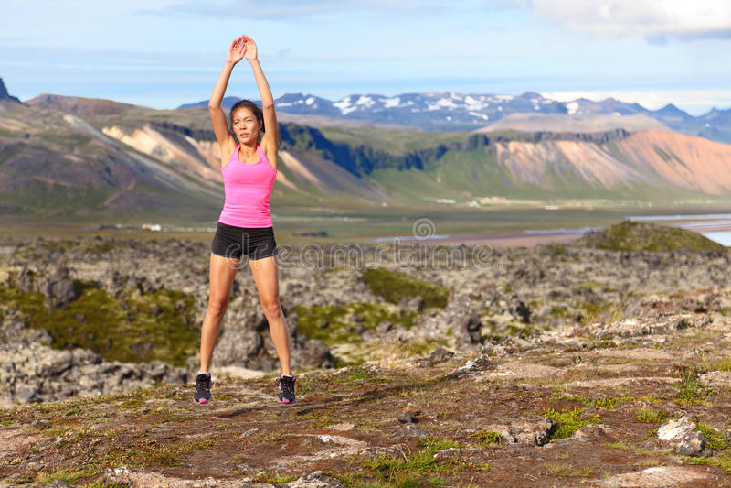 Ejercicio de salto de la mujer de la aptitud al aire libre imágenes de archivo libres de regalías