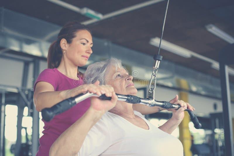 Ejercicio de trabajo de la mujer mayor activa en el gimnasio fotografía de archivo