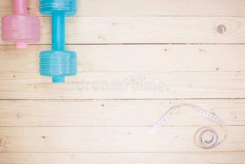ejercicio del equipo en fondo de madera superior del piso/imagen de la visión superior foto de archivo libre de regalías