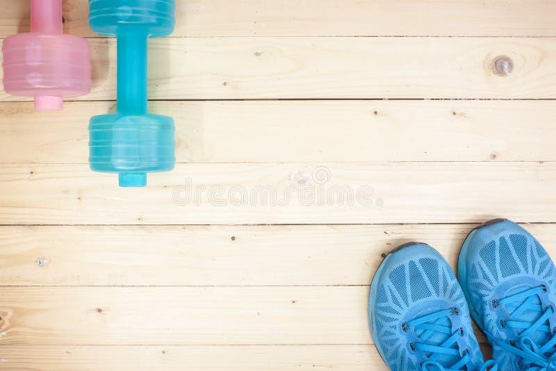 ejercicio del equipo en fondo de madera superior del piso/imagen de la visión superior imagenes de archivo