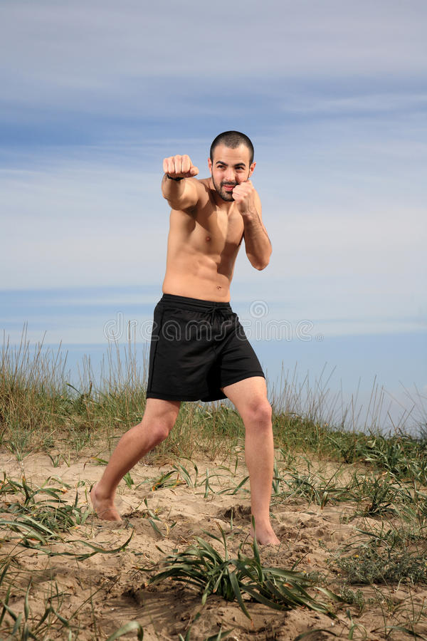 Ejercicio del instructor de los artes marciales al aire libre imagenes de archivo