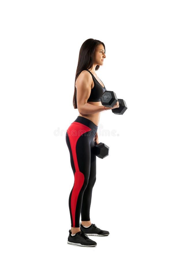 Ejercicio en el bíceps con una pesa de gimnasia imagen de archivo