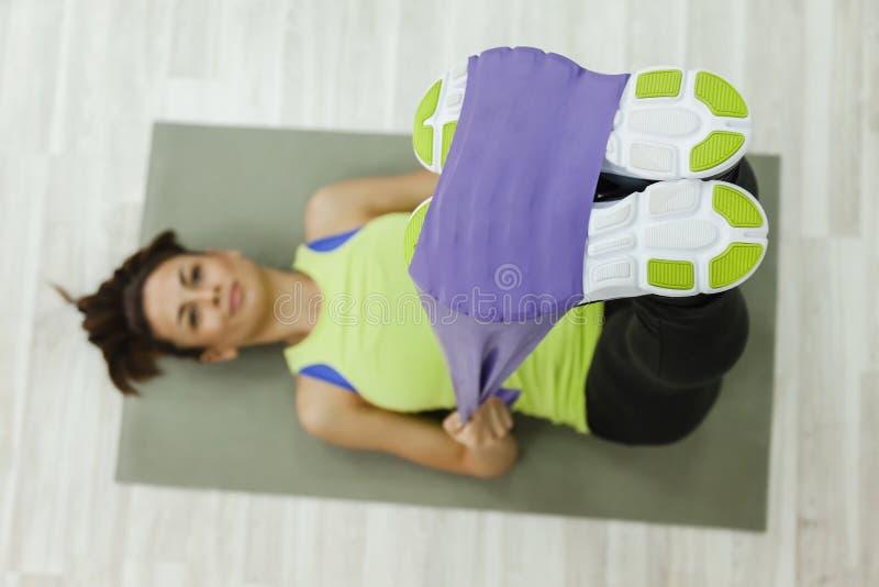 Ejercicio femenino con el gimnasio extensible fotografía de archivo