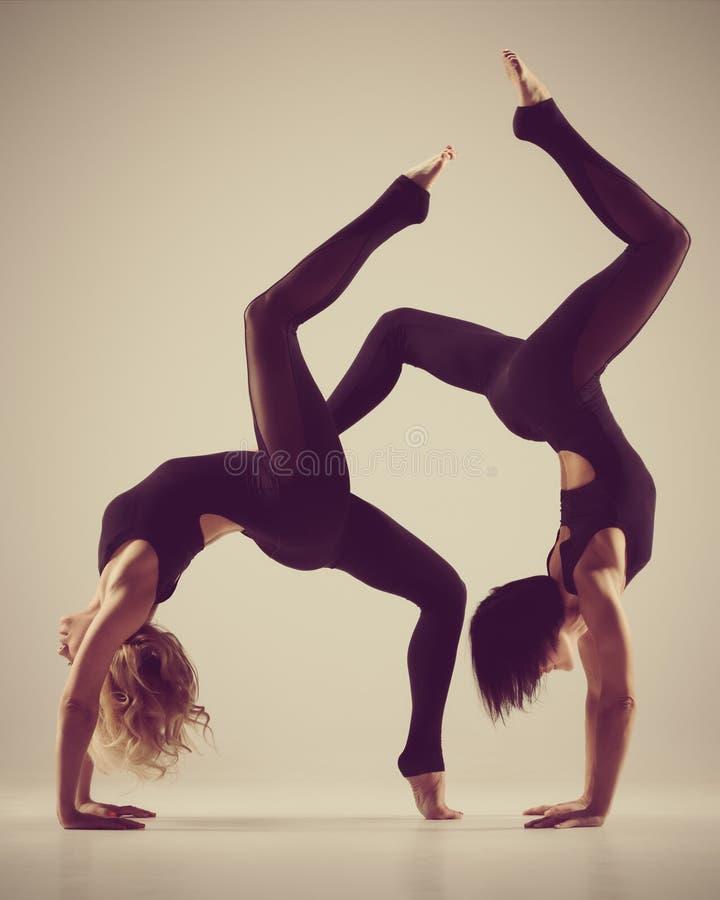 Ejercicio flexible de las mujeres de la yoga imágenes de archivo libres de regalías