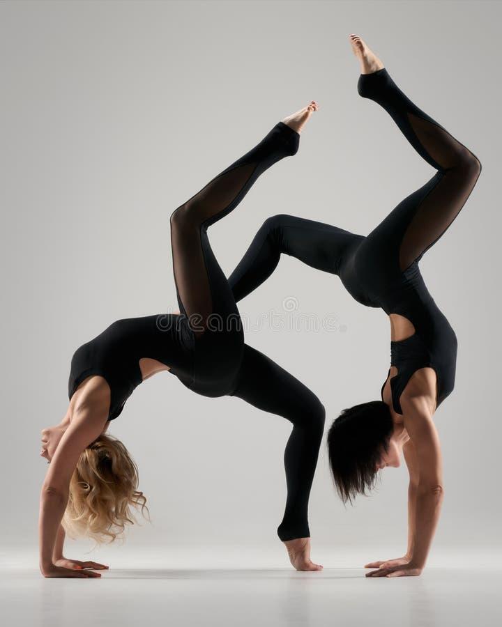 Ejercicio flexible de las mujeres de la yoga imagenes de archivo