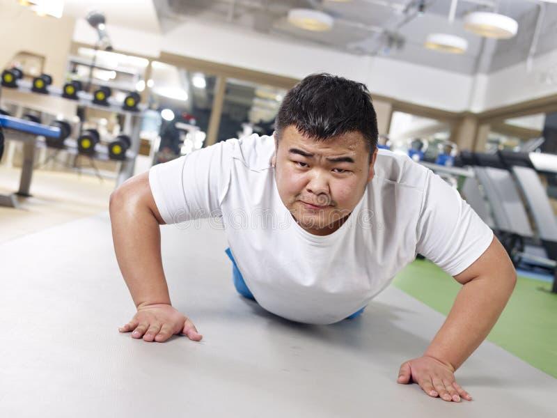 Ejercicio gordo del hombre foto de archivo