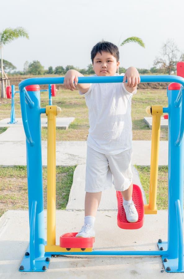 Ejercicio gordo obeso del muchacho en el parque de la salud pública fotografía de archivo