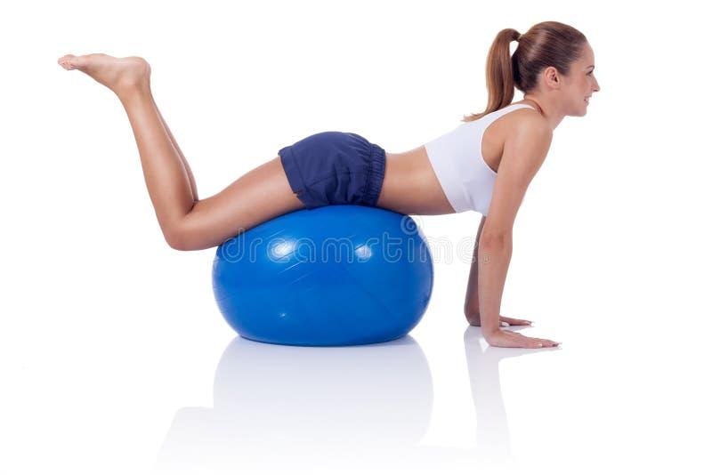 ejercicio hermoso de la muchacha en las bolas imagen de archivo