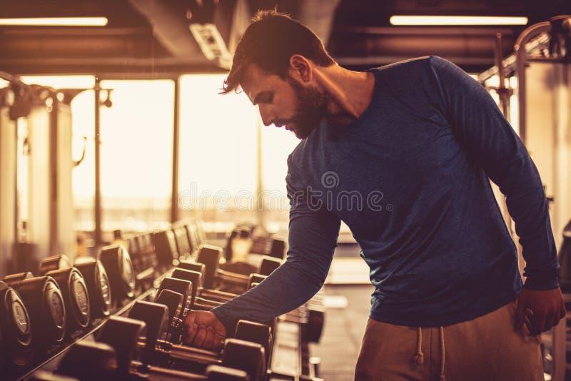 ejercicio Hombre en el gimnasio foto de archivo