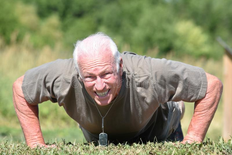 Ejercicio masculino del veterano y de los músculos imagenes de archivo