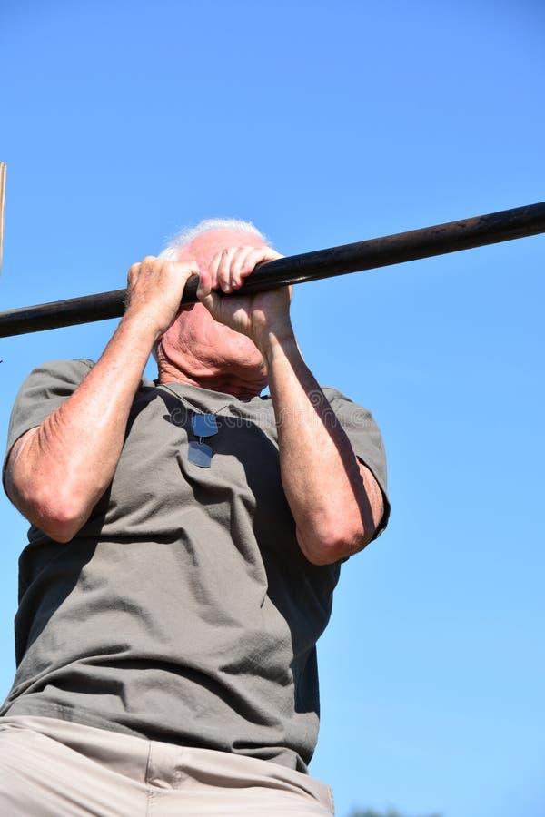 Ejercicio masculino mayor militar del veterano y de los músculos fotos de archivo