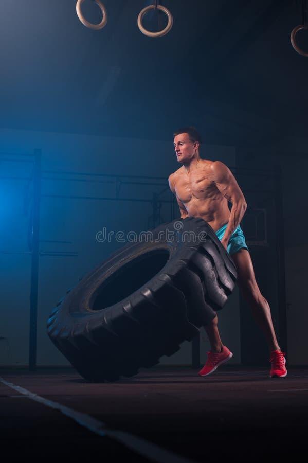 Ejercicio modelo de la aptitud muscular con el neumático en gimnasio fotografía de archivo libre de regalías