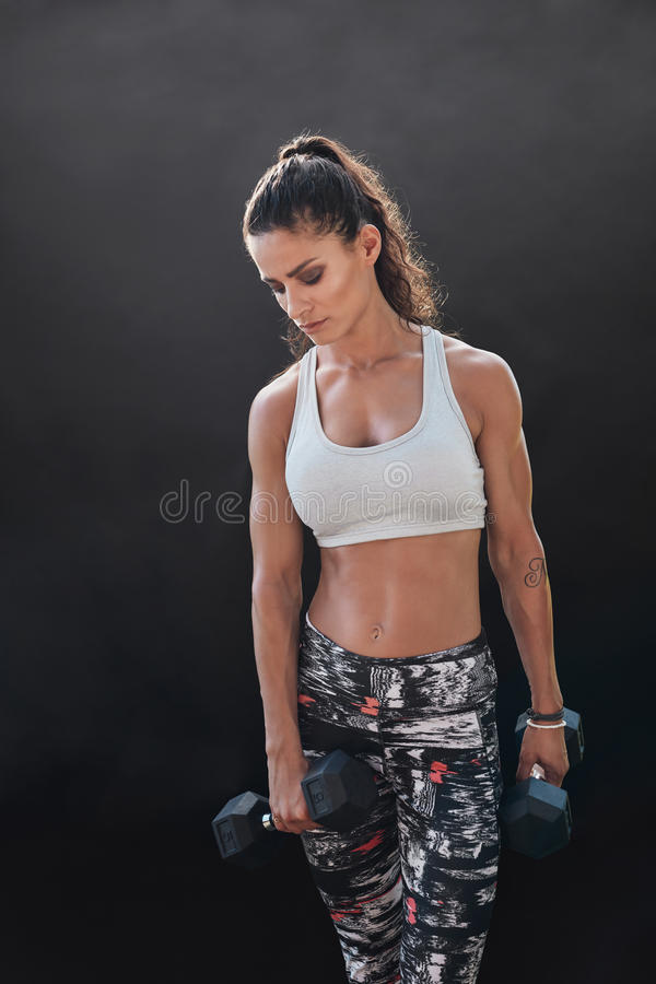 Ejercicio modelo del levantamiento de pesas con pesas de gimnasia pesadas imagen de archivo
