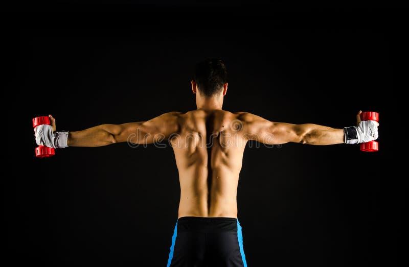 Ejercicio muscular del hombre fotos de archivo libres de regalías