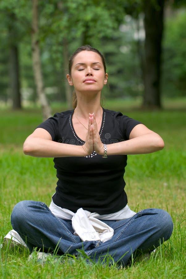Ejercicio recreacional de la yoga imagenes de archivo