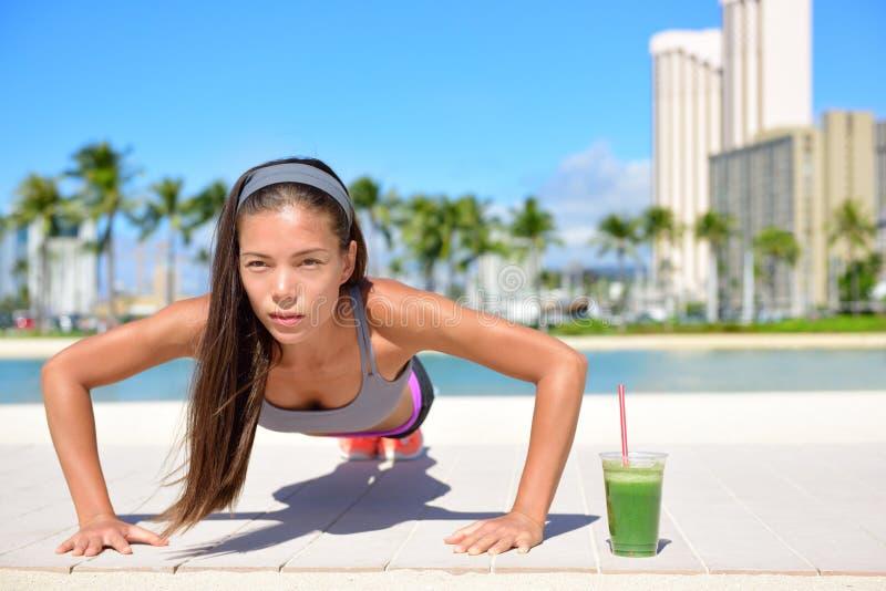 Ejercicio sano de la muchacha de la forma de vida y smoothie verde imagenes de archivo